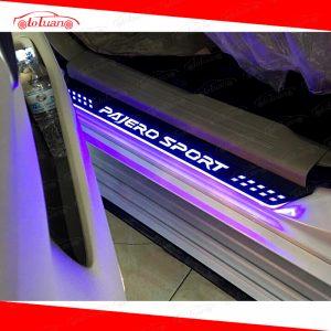 nẹp cửa chống trầy có đèn Pajero Sport